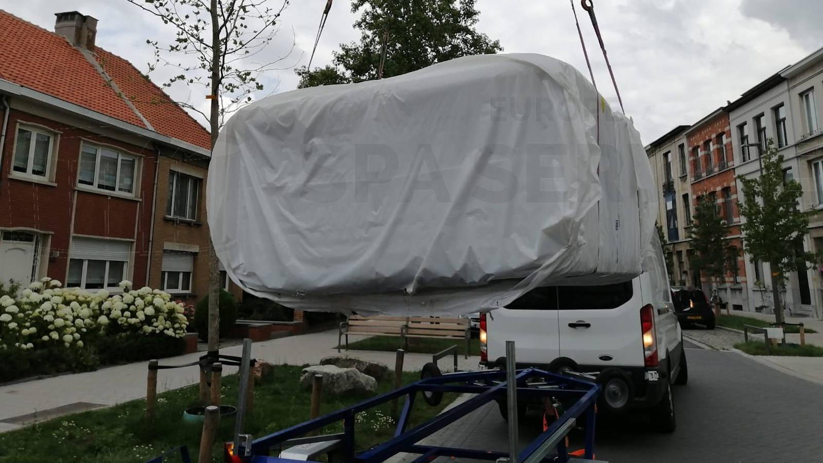 Kraanplaatsing van een Aqua Via spa in Berchem België
