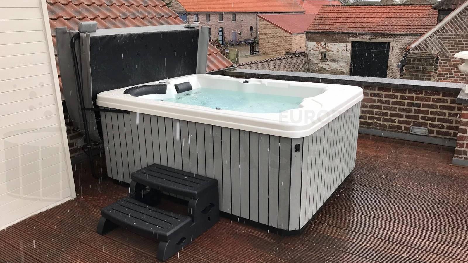 Plaatsing van een spa op een dakterras in Opvelp België
