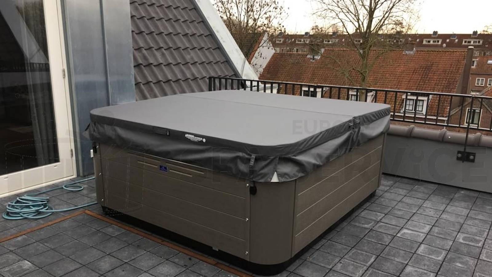 Plaatsing van een Villeroy & Boch R6LE spa op een dakterras in IJsselstein.