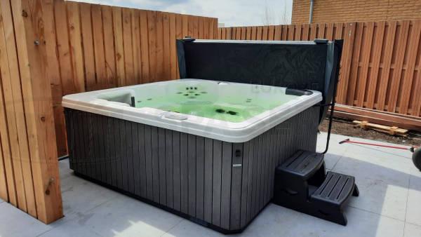 Plaatsing van een spa in Roelofarendsveen