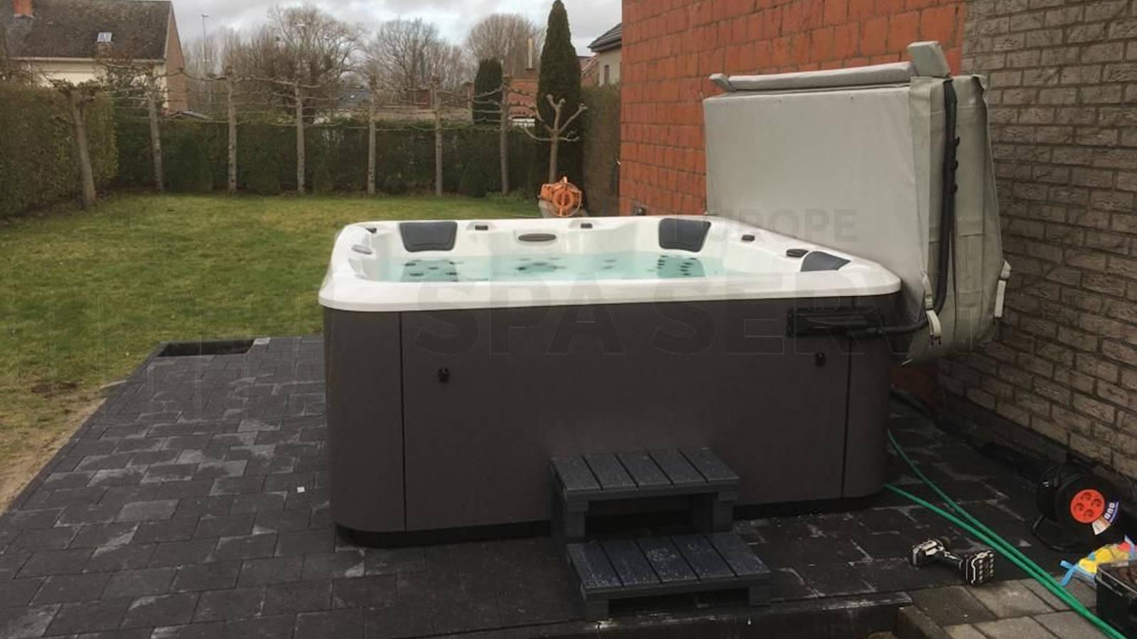 Plaatsing van een Aqua Via spa in Liedekerke België
