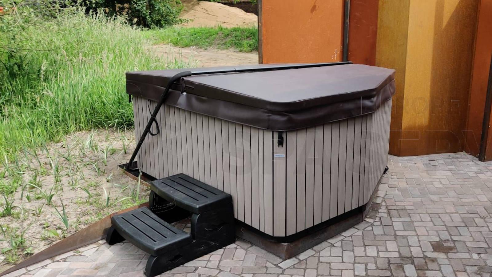Kraanplaatsing van een spa in Someren