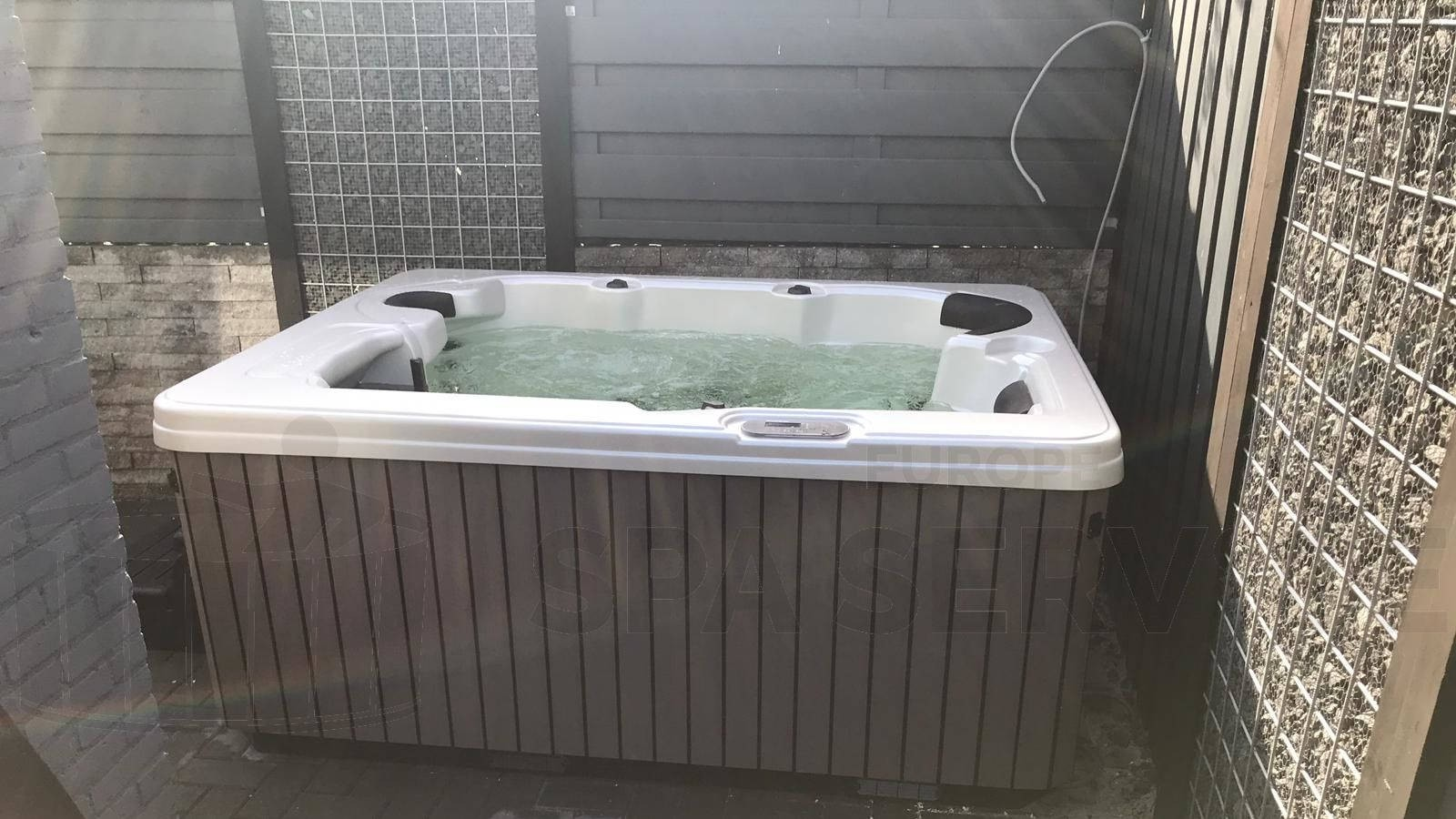 Plaatsing van een spa in Sint-Maartensdijk