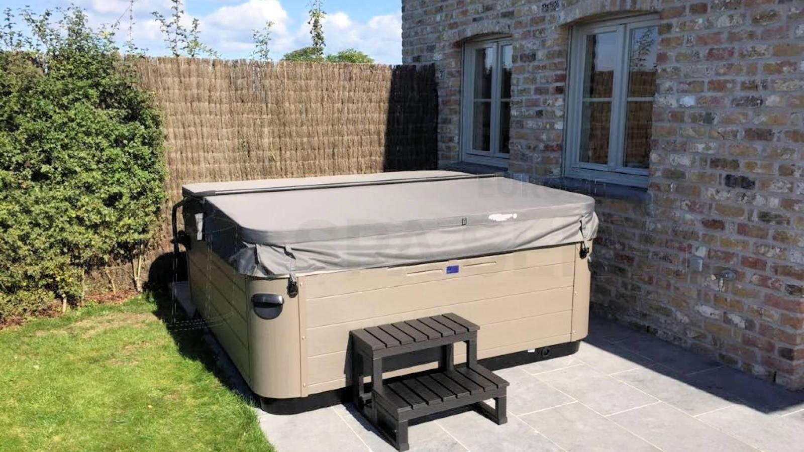 Plaatsing van een Villeroy & Boch A7LE spa in Zerkegem België