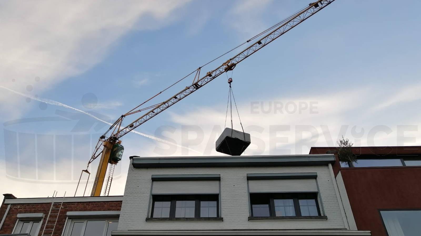 Kraanplaatsing van een spa in Zandhoven België