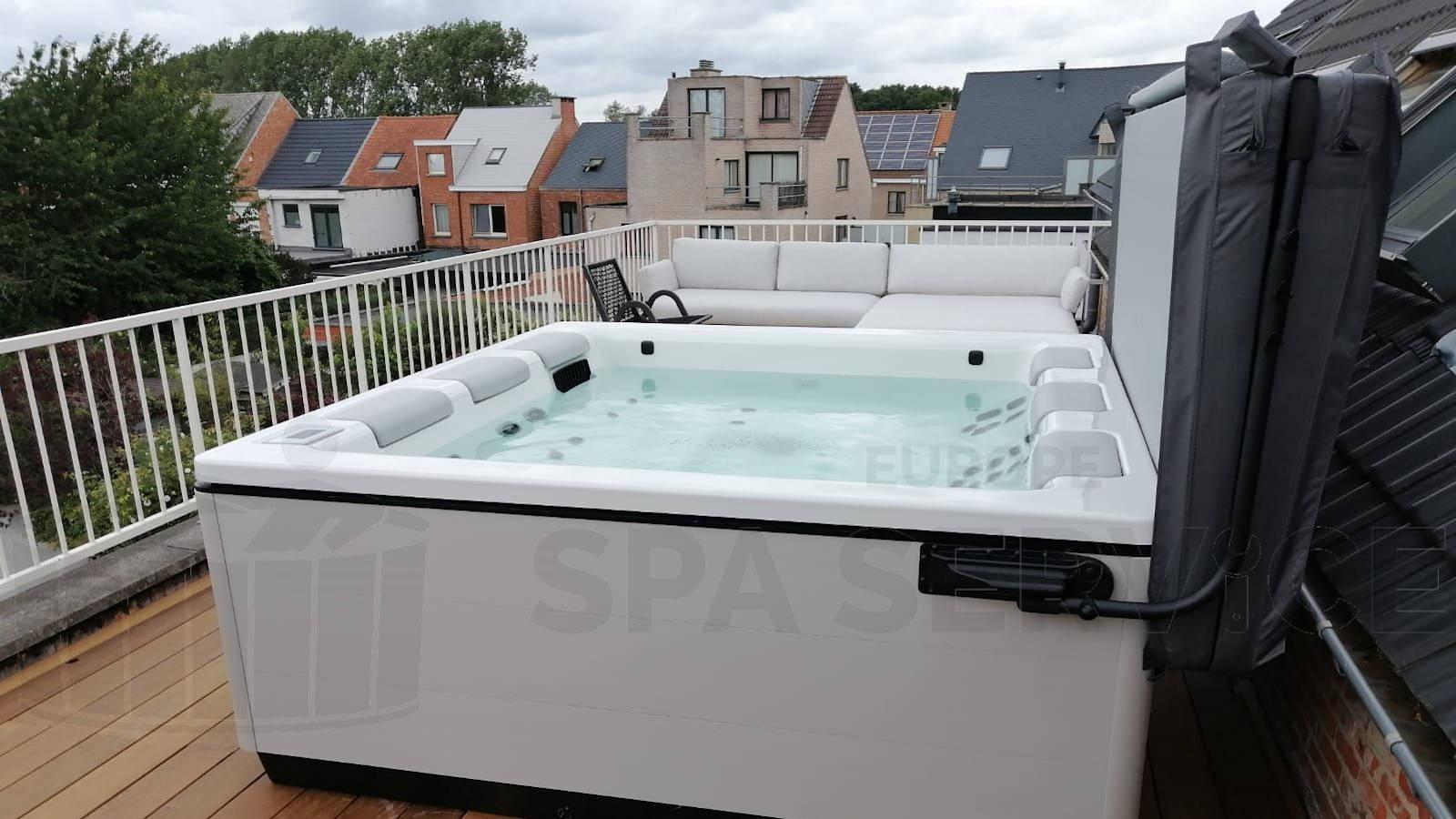 Kraanplaatsing van en Villeroy & Boch Just Silence spa op een dakterras in Schelle België