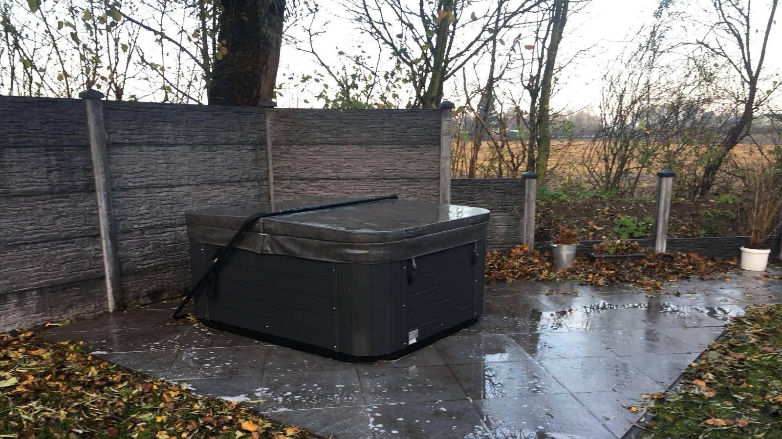 Reparatie led, vervangen ozonator en plaatsen nieuwe spa cover van een Sunspa Luxury in Vlissingen