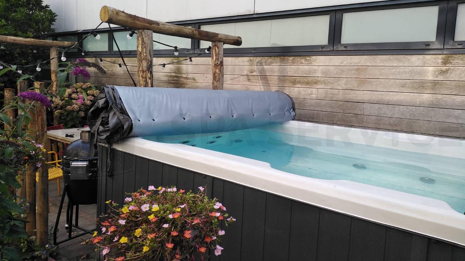 Plaatsing van een roll cover op een zwemspa in Vijfhuizen
