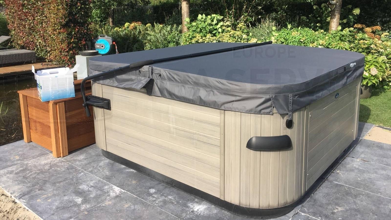 Spa cover en coverlift gemonteerd op een Villeroy & Boch 562E spa in Wagenberg