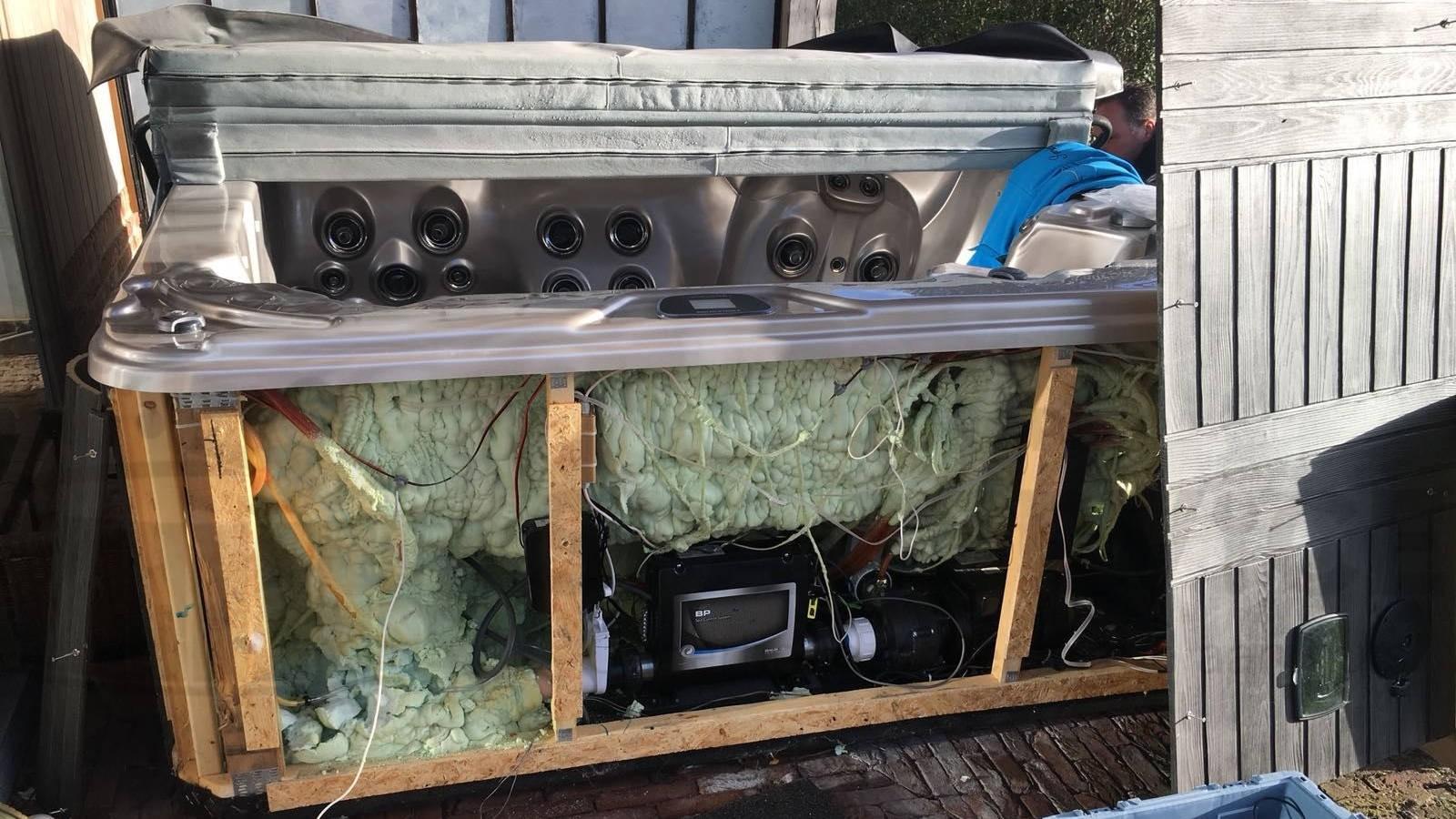 Ozonator en lampjes vervangen van een Four Winds Carolina spa in Wetteren België