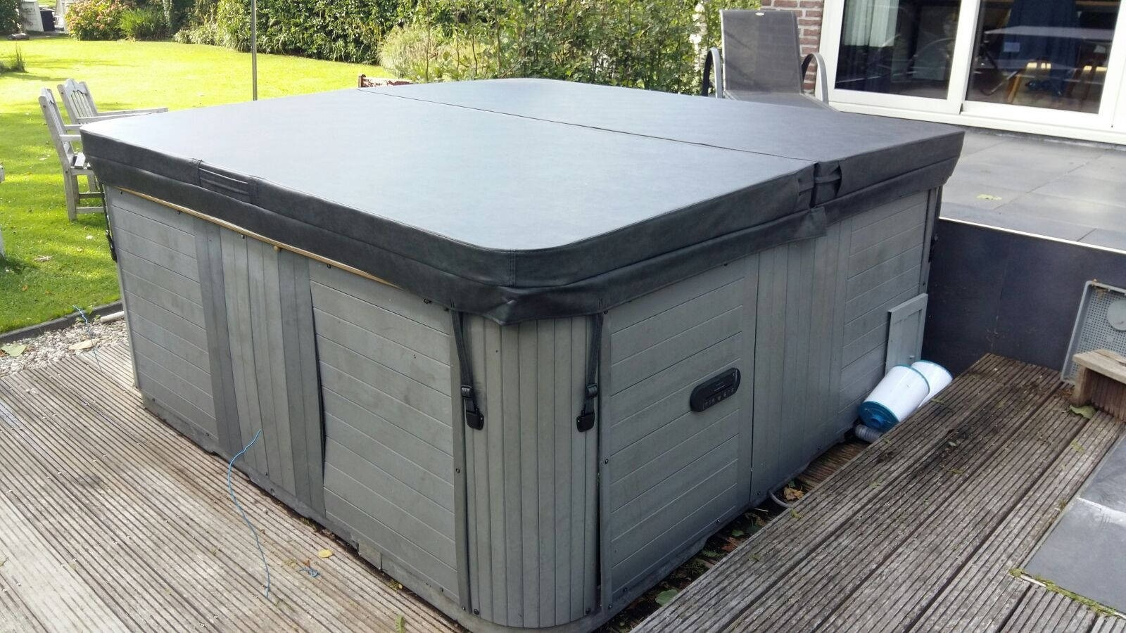 Vervanging nieuwe spa cover op een spa in Giessenburg