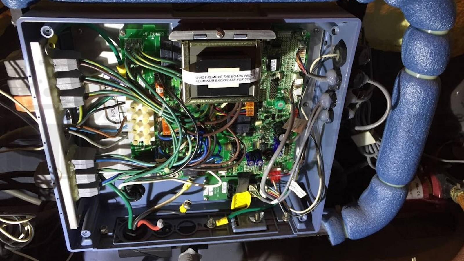 Ozonator vervangen en algehele controle van een Artesian Onyx spa in Dieteren