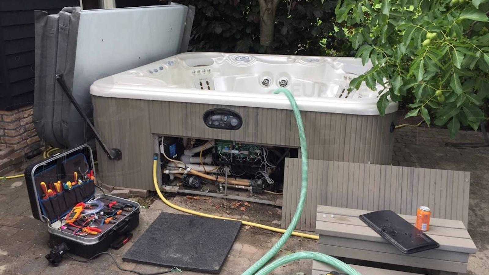 Reparatie van een Hotspring Grandee spa in Oud Gastel