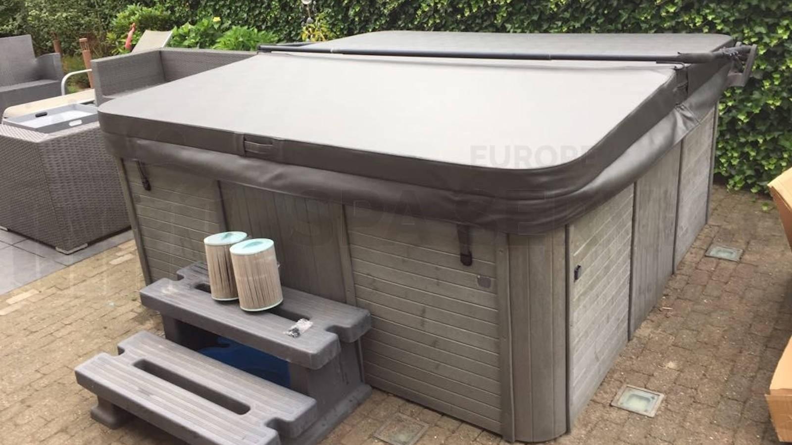 Plaatsing nieuwe spa cover op een Hydro spa in Etten-Leur