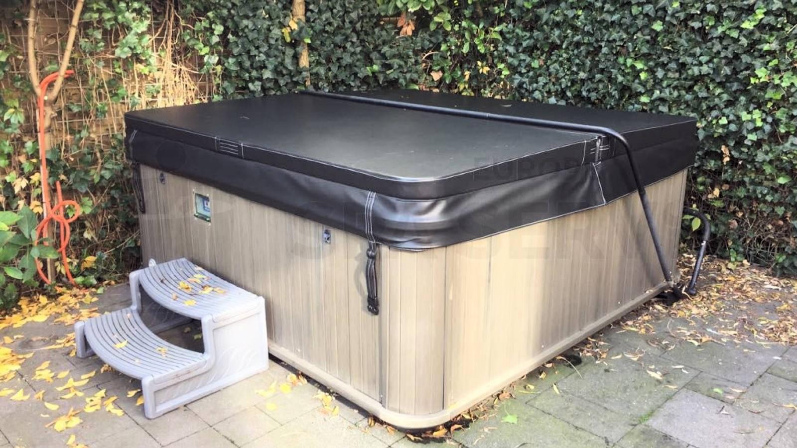 Plaatsing nieuwe spa cover op een Fonteyn Eclipse spa in Wilnis