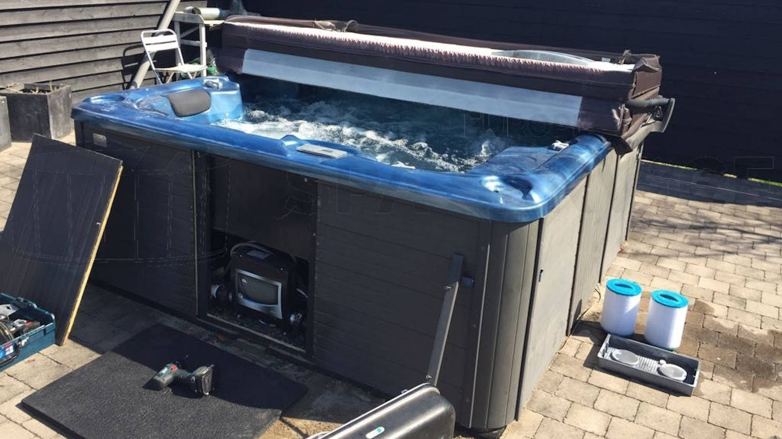 Ozonator en circulatiepomp vervangen van een Bubbelkoning Long Beach spa in Ouddorp