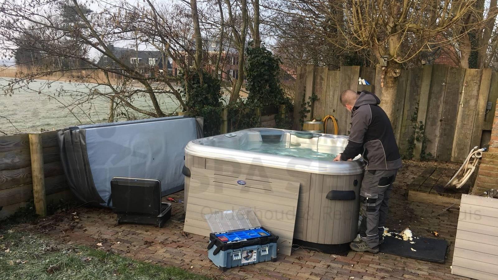 Lekkage verholpen en ozonator vervangen van een Villeroy & Boch spa in Bergen