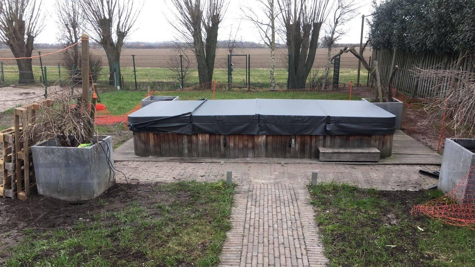 Plaatsing nieuwe zwemspa cover en hydraulische coverlift op een Evolution zwemspa in Zevenbergschen Hoek