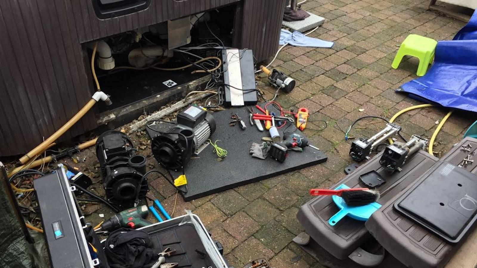 Groot onderhoud. Jetpomp, heater en ozonator vervangen in een Hotspring spa in Aalst België