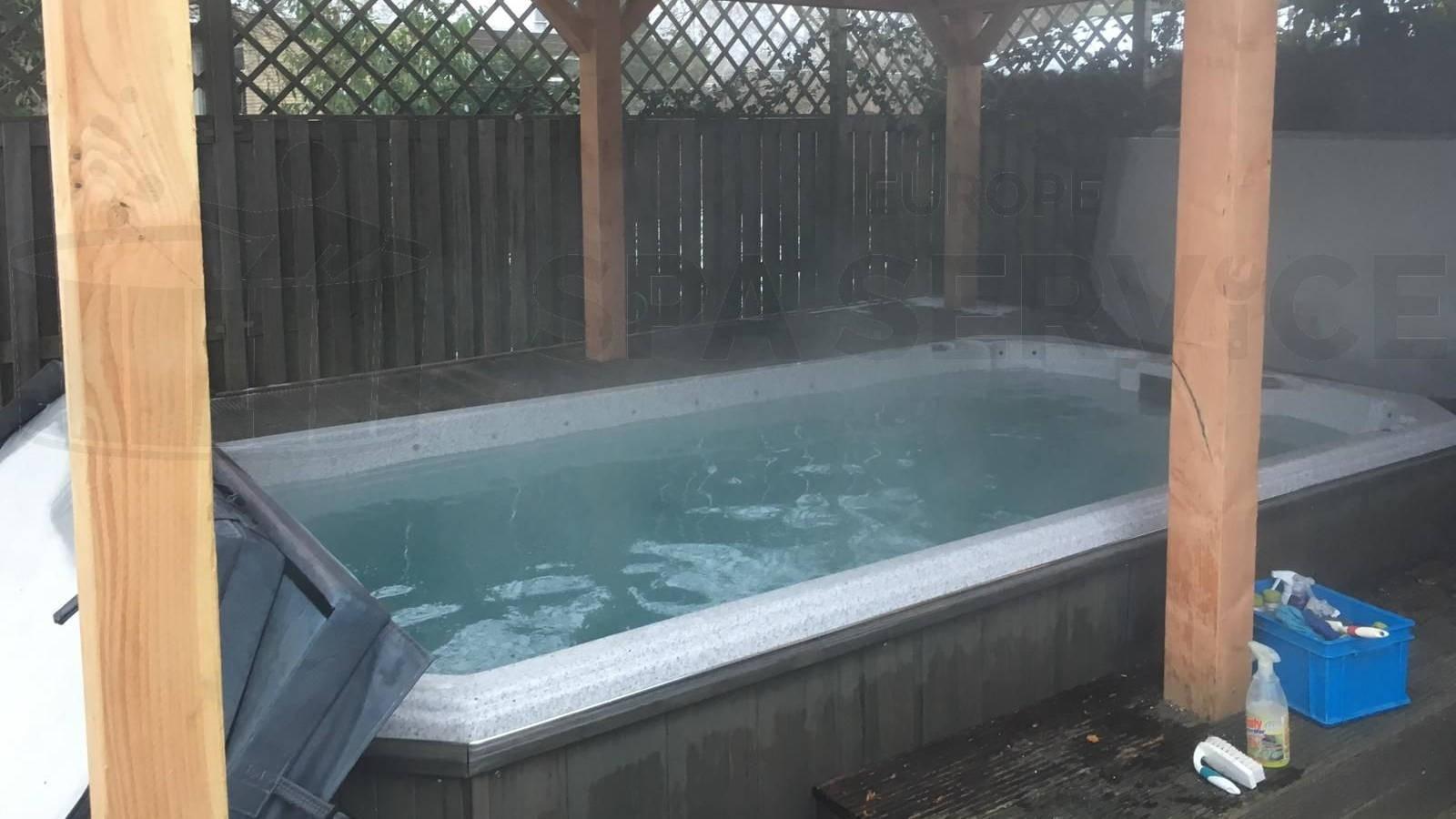Schoonmaakbeurt van een zwemspa in Purmerend