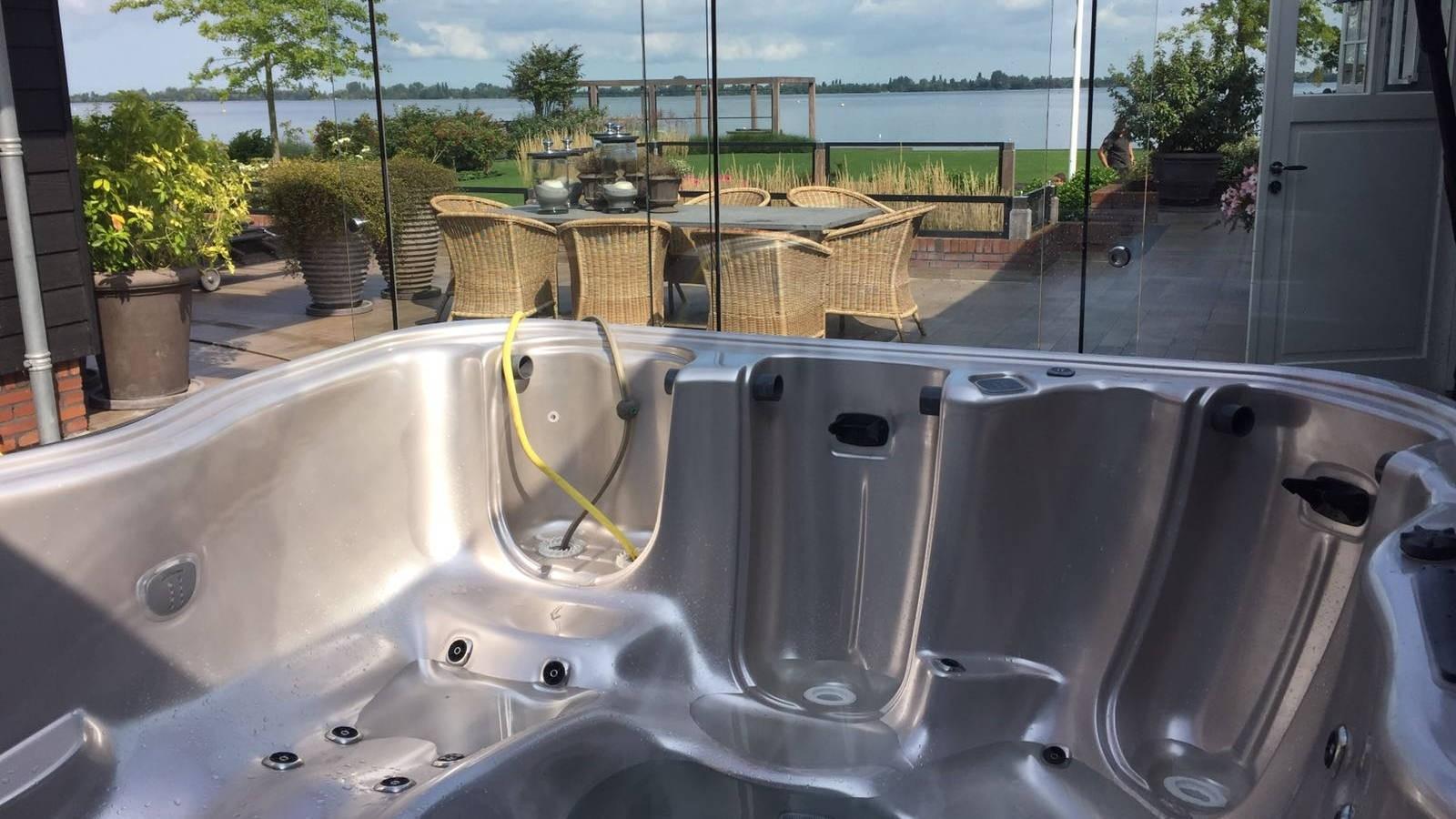 3 maandelijkse poetsbeurt en nakijken Villeroy & Boch spa in Kuddelstaart