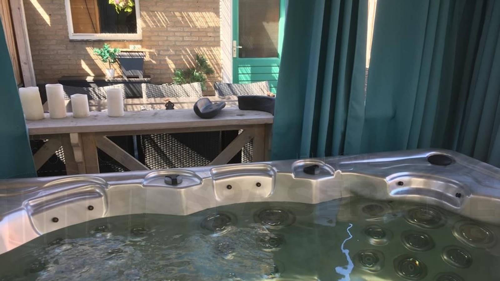 Ozonator vervangen, groot onderhoud en schoonmaakbeurt van een spa in Valkenswaard